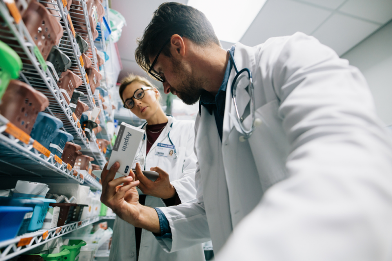 Tymczasem, zgodnie ze specyfikacją produktu leczniczego, roztwór powinien być przezroczysty, jasnożółty i bez widocznych cząstek (fot. Shutterstock).